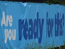 "Werbe-Plane mit der Aufschrift ""Are you ready for this?""."