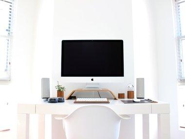Home Office: Ein Schreibtisch Mit Einem Computer Von Appel In Hellen Farben.